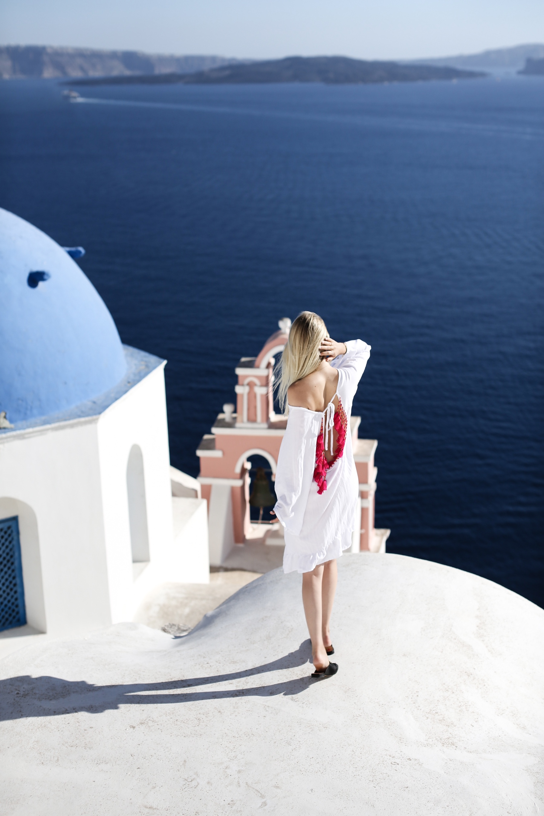 style-shiver-travel-with-booking-com-in-santorin-1