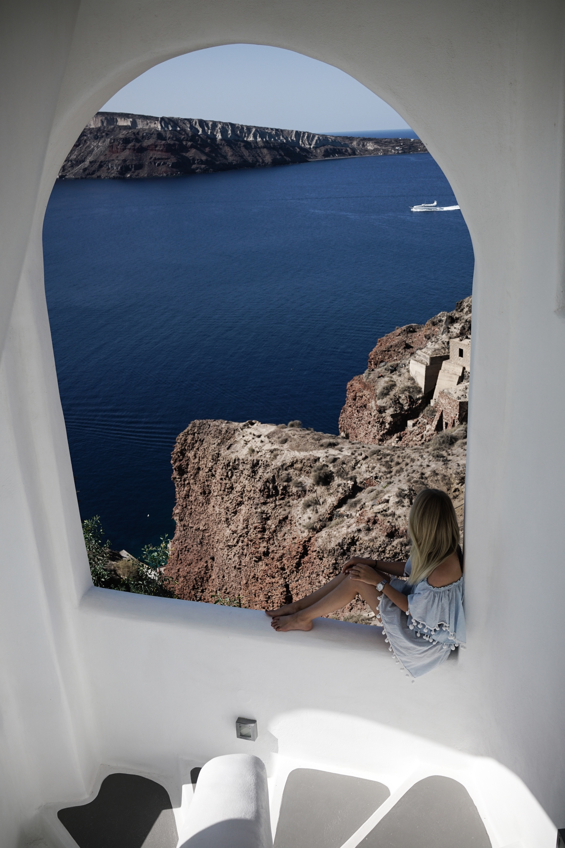 style-shiver-travel-with-booking-com-in-santorin-17