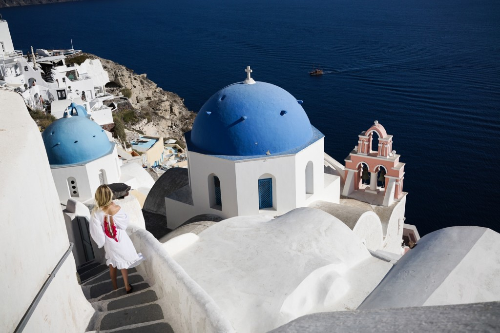 style-shiver-travel-with-booking-com-in-santorin-4