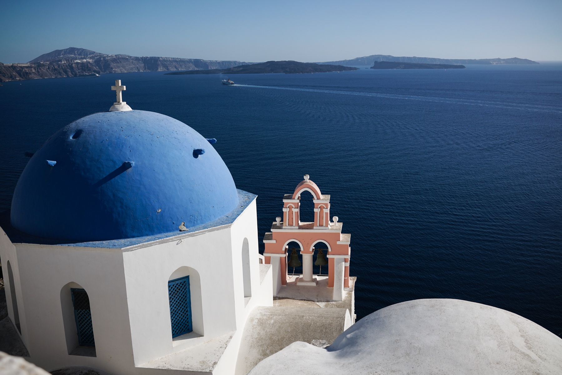 style-shiver-travel-with-booking-com-in-santorin-6